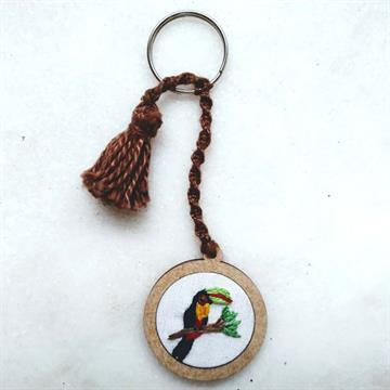 Tucano-de-bico-verde - chaveiro Pássaros Caparaó bordado e macramê