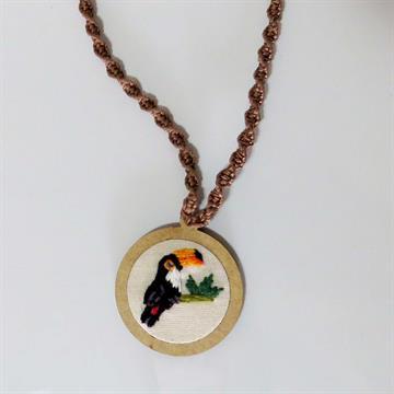 Tucanuçu - pingente bordado Pássaros Caparaó cordão macramê