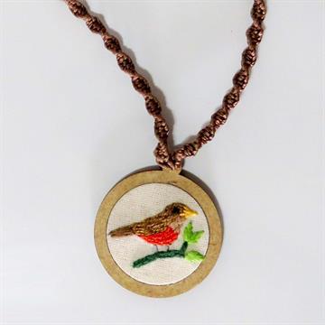 Sabiá-laranjeira - pingente bordado Pássaros Caparaó cordão macramê