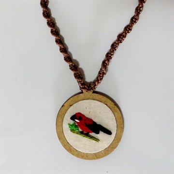 Tiê-sangue - pingente bordado Pássaros Caparaó cordão macramê