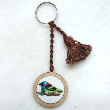 Saíra-militar - chaveiro Pássaros Caparaó bordado e macramê