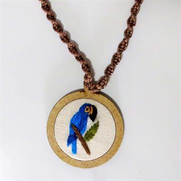 Arara-azul - pingente bordado Pássaros Caparaó cordão macramê