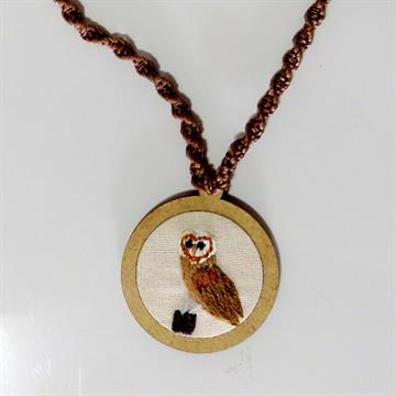 Suindara - pingente bordado Pássaros Caparaó cordão macramê