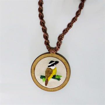 Bem-te-vi - pingente bordado Pássaros Caparaó cordão macramê