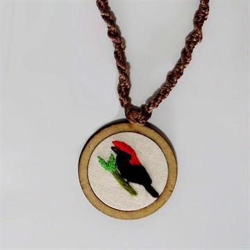Soldadinho - pingente bordado Pássaros Caparaó cordão macramê