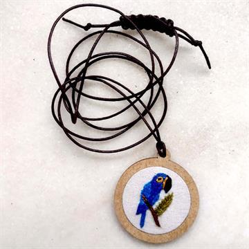 Arara-azul - pingente bordado Pássaros Caparaó