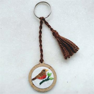 Sabiá-laranjeira - chaveiro Pássaros Caparaó bordado e macramê