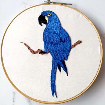 Arara-azul - Bordado a Mão em Bastidor - Pássaros Caparaó