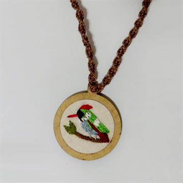 Topetinho-vermelho - pingente bordado Pássaros Caparaó cordão macramê