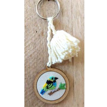 Saíra-sete-cores - chaveiro Pássaros Caparaó bordado e macramê