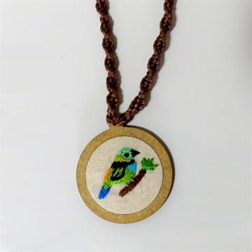 Saíra-sete-cores - pingente bordado Pássaros Caparaó cordão macramê