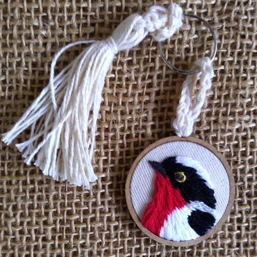 Saíra-apunhalada 2 - chaveiro Pássaros Caparaó bordado e macramê