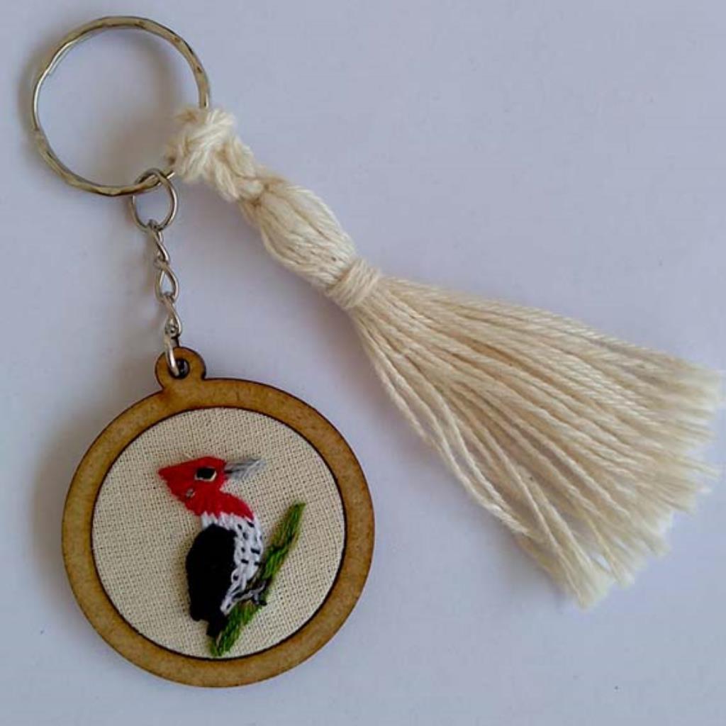 Pica-pau-rei - chaveiro Pássaros Caparaó bordado e macramê