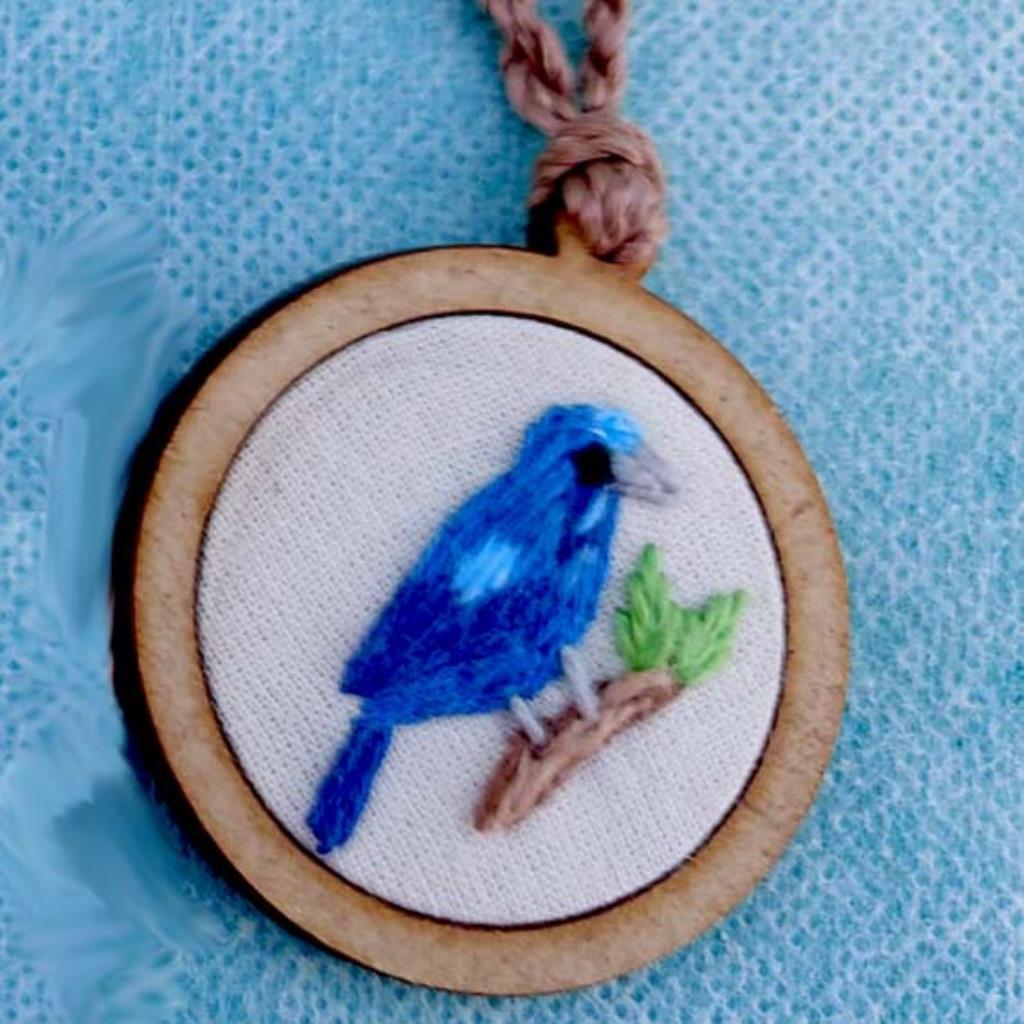 Azulão - pingente bordado Pássaros Caparaó cordão torcido