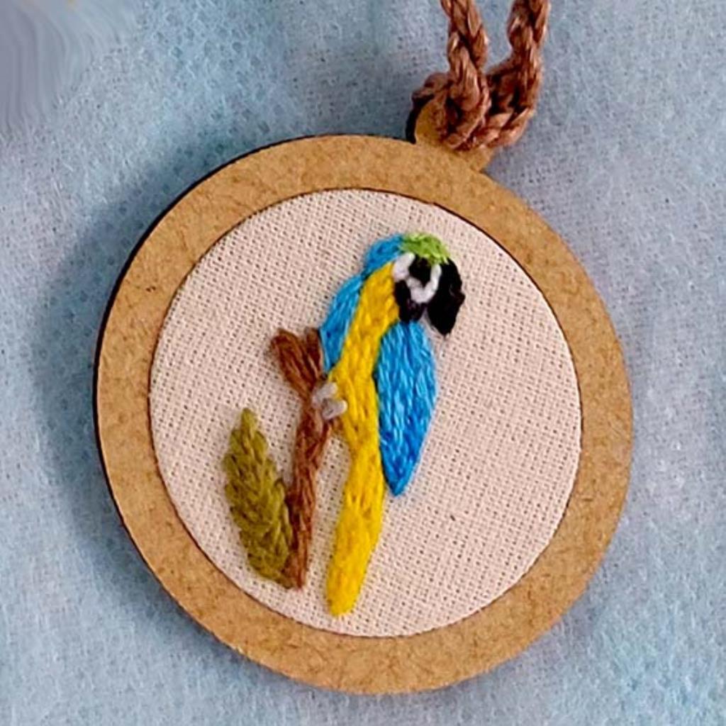 Arara-canindé - pingente bordado Pássaros Caparaó cordão torcido
