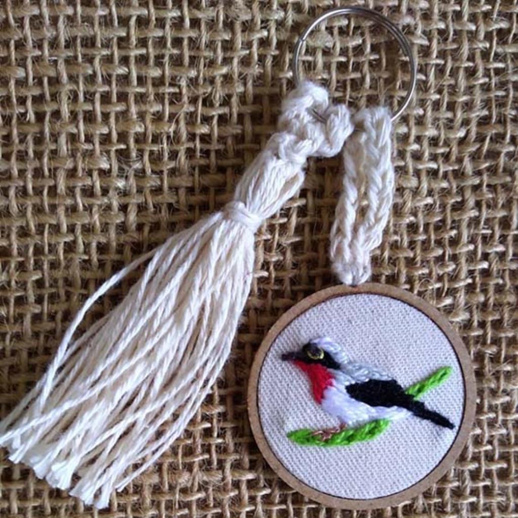 Saíra-apunhalada 1 - chaveiro Pássaros Caparaó bordado e macramê