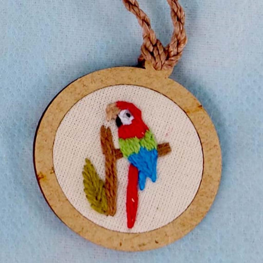 Arara-vermelha - pingente bordado Pássaros Caparaó cordão torcido