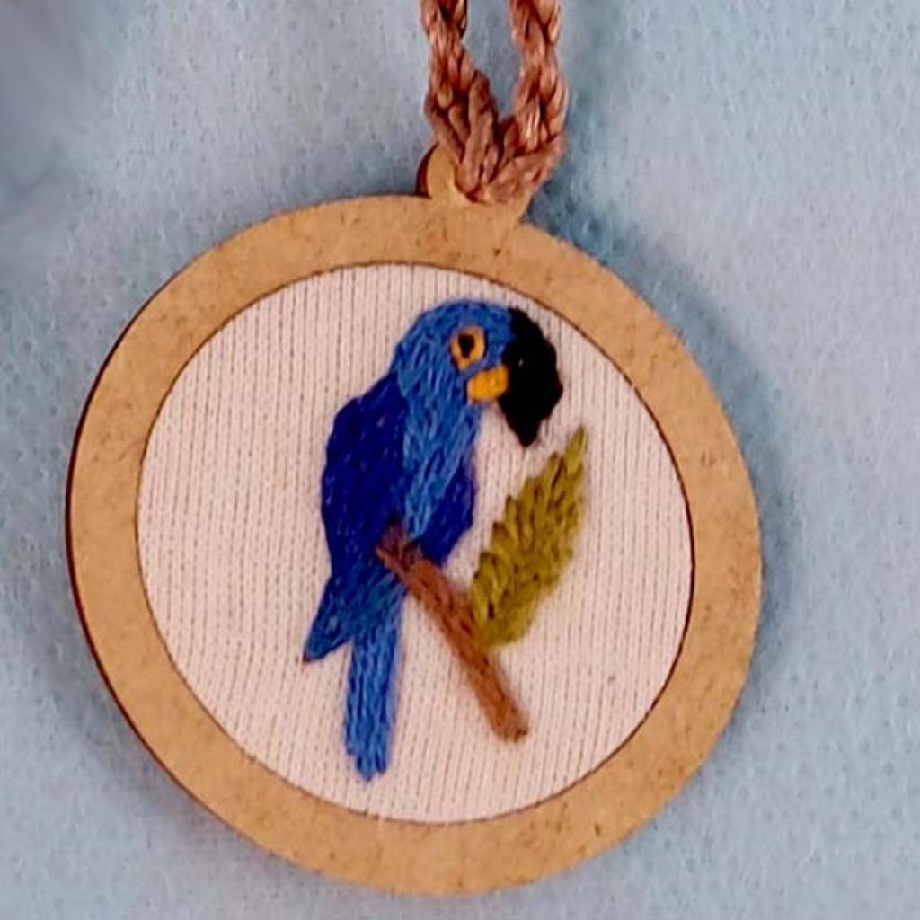 Arara-azul - pingente bordado Pássaros Caparaó cordão torcido