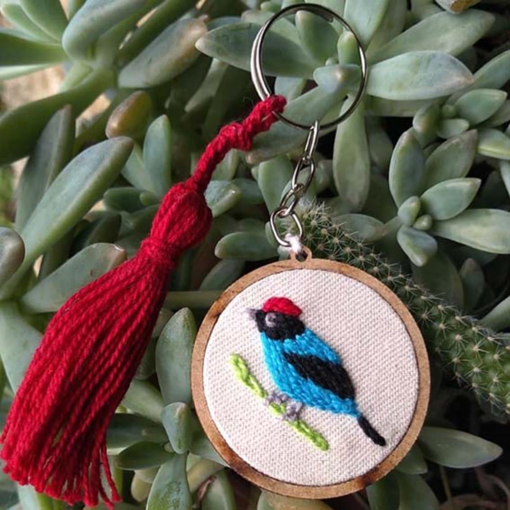 Tangará - chaveiro Pássaros Caparaó bordado e macramê