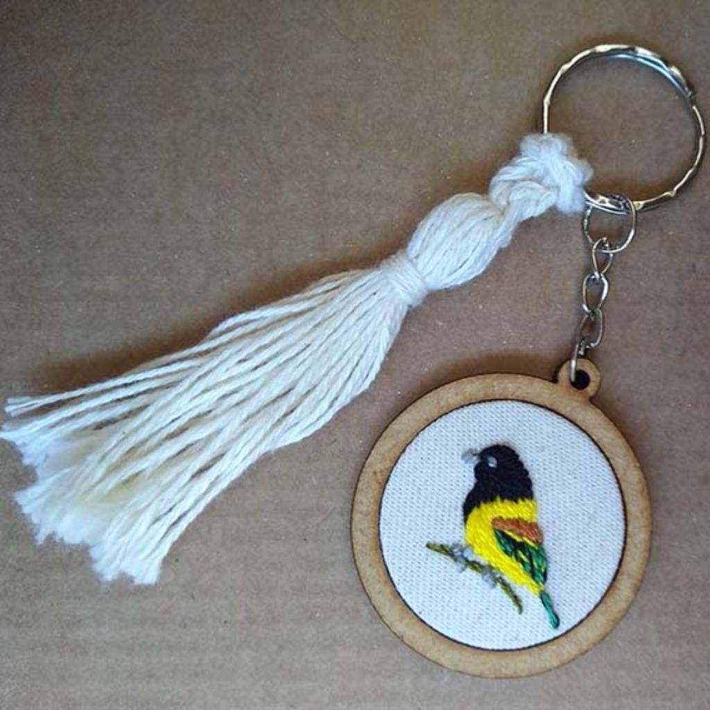 Corocoxó - chaveiro Pássaros Caparaó bordado e macramê